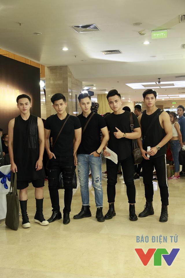 Dàn mỹ nam mặc đồ đen nổi bật tại buổi casting sáng nay