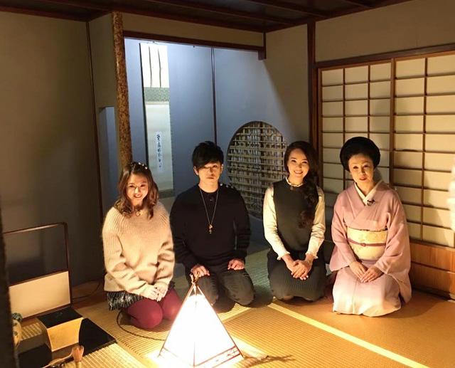 Thụy Vân cùng hai thành viên nhóm AAA ngồi trên chiếc tatami dát vàng