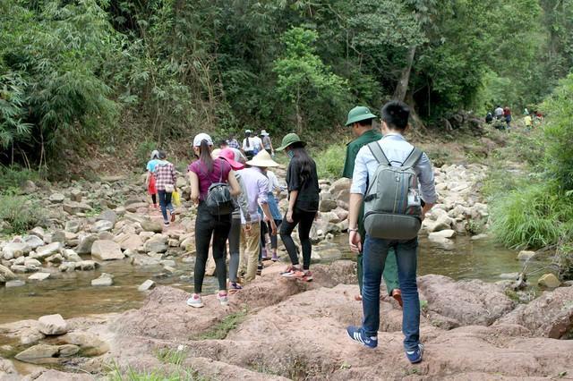 Để đến với bản Aky, các thành viên trong đoàn thiện nguyện phải trèo đèo, lội suối gần 3 giờ đồng hồ liên tục