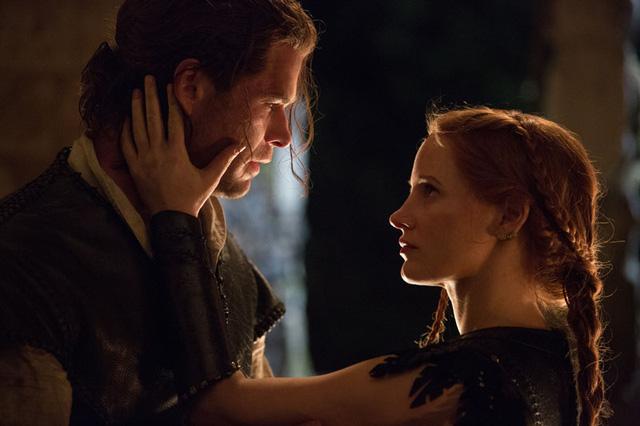 Chris Hemsworth và Jessica Chastain trong một cảnh quay của phim (Ảnh: CGV)