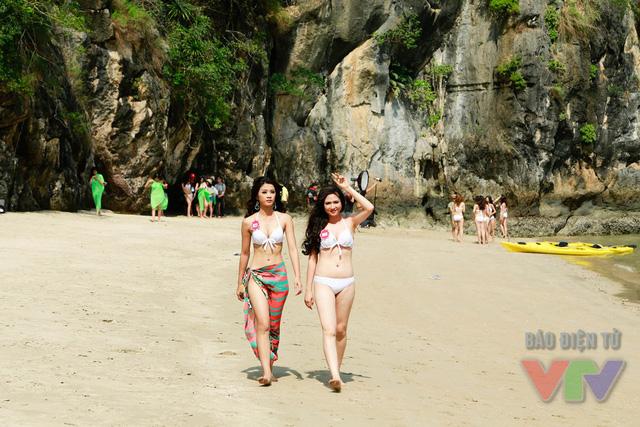 Trong lúc nghỉ giải lao, những người đẹp tranh thủ thăm thú và khám phá vẻ đẹp của đảo Bàn Chân