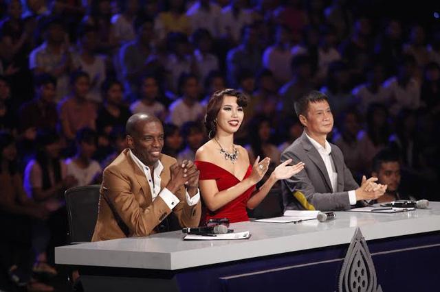 Bộ ba giám khảo gồm siêu mẫu Hà Anh, Giám đốc sáng tạo Henri Hubert và giám khảo khách mời Lê Hoàng.