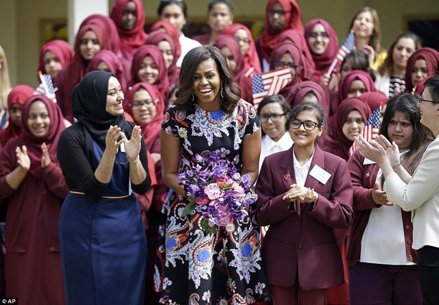 Bà Obama thường có cuộc trò chuyện với các nữ sinh và chia sẻ với họ những câu chuyện của chính bản thân mình (Ảnh: Getty)