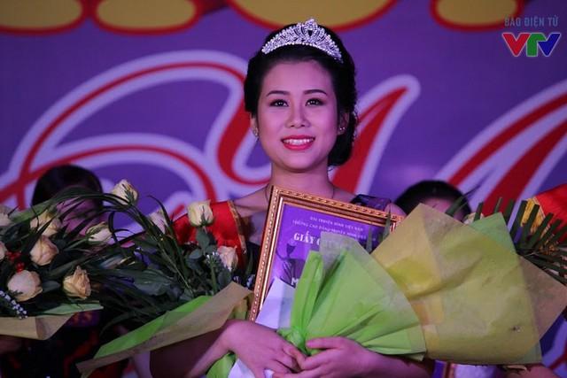 Với khuôn mặt khả ái và câu trả lời thông minh và sắc sảo, Lê Cẩm Tú đã giành ngôi vị cao nhất của cuộc thi.