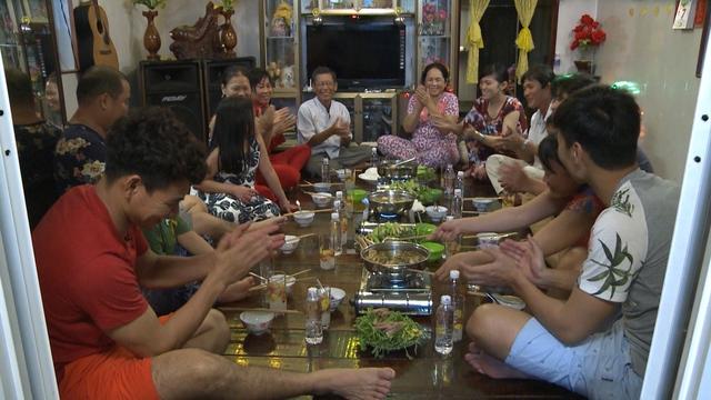 Những người dân nơi đây đã quyết định tổ chức một bữa tiệc nhỏ để mời các cặp bố con.