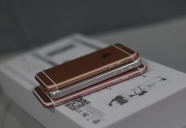iPhone SE, iPhone 5S và iPhone 6S theo thứ tự từ trên xuống