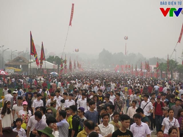 Hàng triệu du khách thập phương tại Đền Hùng.