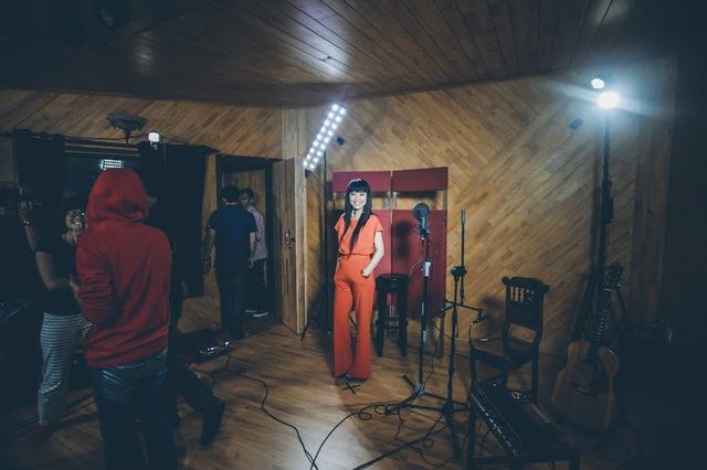 Trương Hải Yến tại phòng thu của nhạc sĩ Trần Mạnh Tuấn - địa điểm ghi hình của Hải Yến - Live in Studio 2.