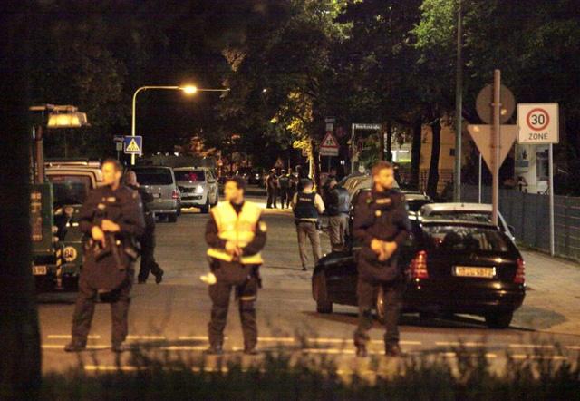 Cảnh sát đứng phong tỏa con phố gần trung tâm thương mại.