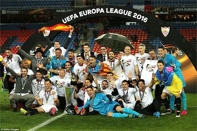 Các cầu thủ Sevilla ăn mừng chức vô địch Europa League lần thứ 3 liên tiếp