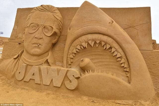 Trong không gian trưng bày ngoài trời 10.000m², các nghệ sĩ quốc tế đã trải qua bốn tuần cặm cụi điêu khắc trên 6.000 tấn cát.