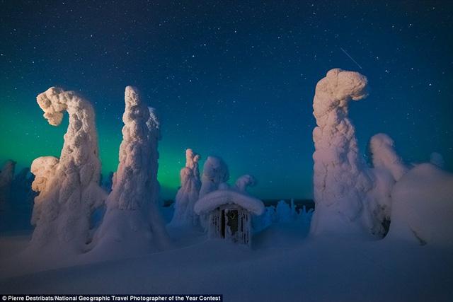 Một nhà kho bằng gỗ trên đỉnh một ngọn đồi ở Lapland, Phần Lan bị băng tuyết phủ kín nổi bật trên nền bắc cực quang - hiện tượng thiên nhiên kỳ thú ở nước này.