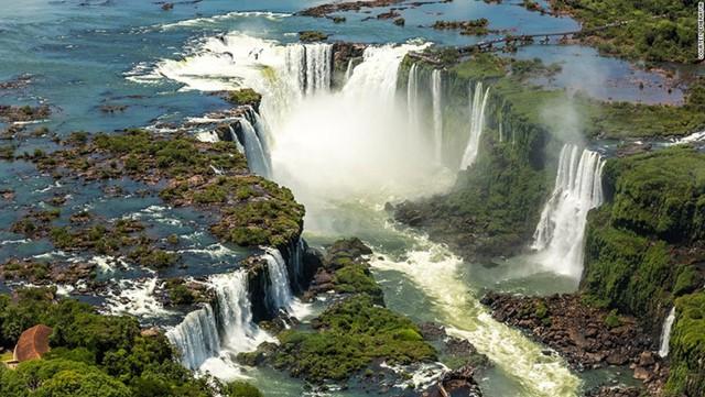 Biên giới giữa Brazil và Argentina được đánh dấu bởi sự lộng lẫy của thác Iguazu.