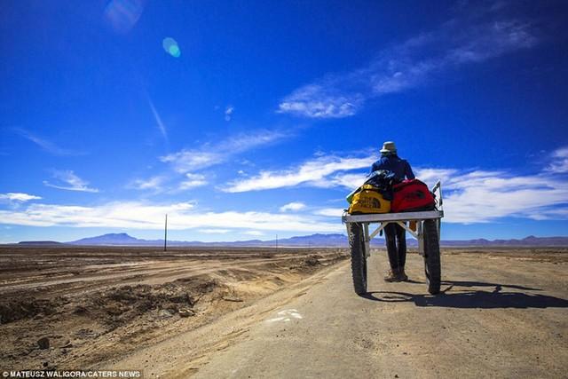Chỉ một mình với hành lý và máy ảnh DSLR, Mateusz Waligóra đã ghi lại hình ảnh tuyệt đẹp của sa mạc muối Salar de Uyuni.
