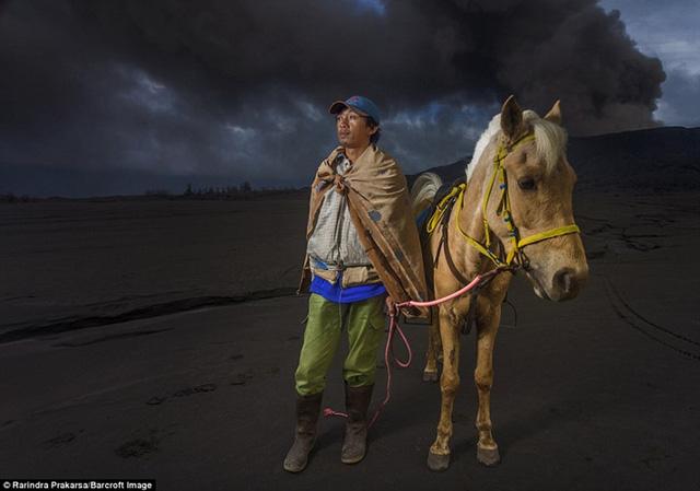 Nhiếp ảnh gia Rarindra Prakarsa đã dành 10 ngày để khi lại những khoảnh khắc tuyệt đẹp về những kỵ binh Tenggerese đơn thương độc mã băng qua vùng khói xám đen kịt.