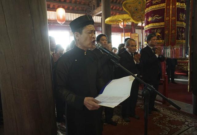 Mở đầu Lễ Khai Bút là văn tế tưởng niệm Chu Văn An được xướng lên với giọng đọc rất xúc động và thành kính. Tham dự Lễ Khai Bút có Thứ trưởng Bộ Giáo dục Nguyễn Vinh Hiển (thứ 2 từ phải sang).