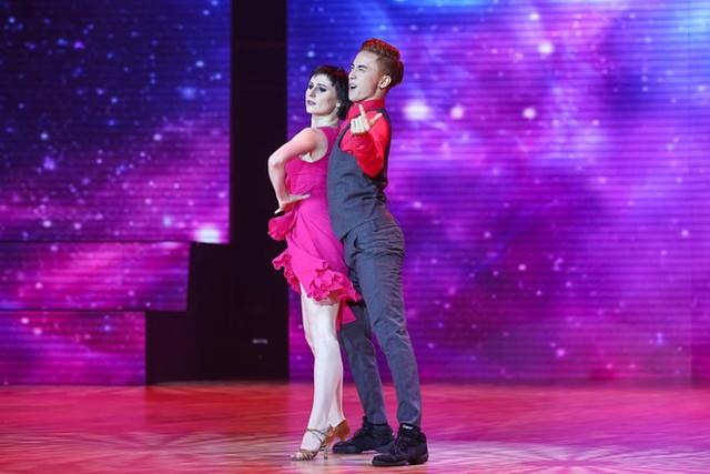 ST kết hợp ăn ý với vũ công quốc tế cũng đến từ Cộng hòa Séc thể hiện điệu Samba lôi cuốn. Hai giám khảo quốc tế là bà Gladys Tay và ông Brangbour Franch đã dành cho ST lời khen ngợi về sự đa năng, đặc biệt là thần thái anh chuyển tải được qua bài nhảy.