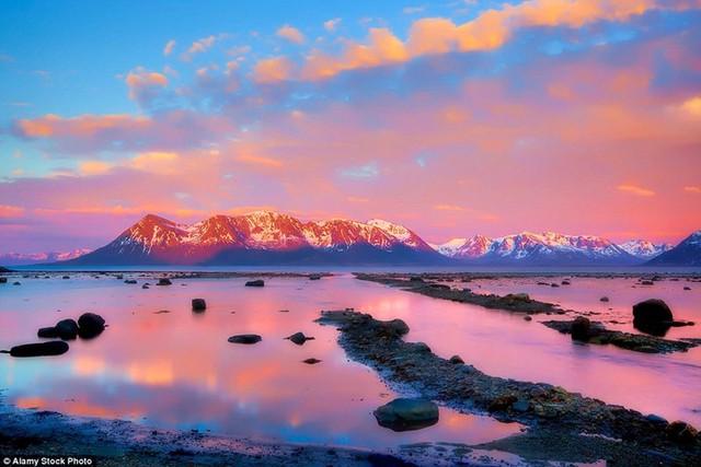 Ở Na Uy, từ cuối tháng 5 đến giữa tháng 7, mặt trời không lặn hoàn toàn do hiện tượng tự nhiên ở vùng Bắc Cực. Và mặt trời lúc nửa đêm sẽ phát ra thứ ánh sáng kỳ ảo này.