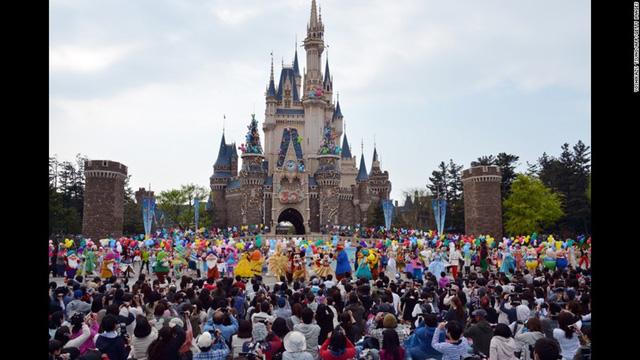 Hàng nghìn du khách đang vui chơi ở Tokyo Disneyland, Nhật Bản.