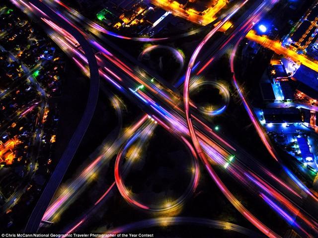Bức hình ngoạn mục này cho thấy các nút giao đường cao tốc vào ban đêm ở Los Angeles, Mỹ.