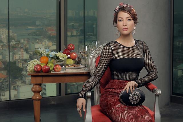 Những bộ đồ lưới có hoa ren đem lại vẻ ngoài vừa sexy, lãng mạn cho Trương Ngọc Ánh.