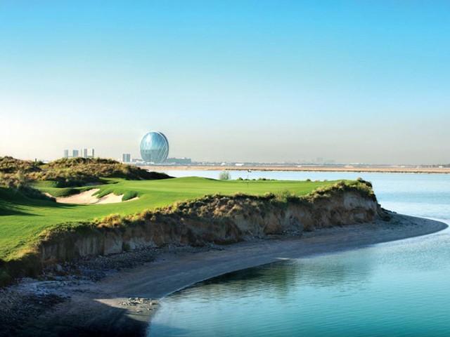 Yas Links, nằm ở Abu Dhabi (Tiểu vương quốc Ả Rập Thống Nhất) là một trong những sân golf tốt nhất trên thế giới. Sân golf nổi bật với những đường golf dọc biển tuyệt đẹp, cùng hơn 100 hố cát, những chỗ trũng, những đụn cát nhấp nhô… tạo ra chướng ngại vật thử thách những tay golf cự phách của làng golf thế giới.