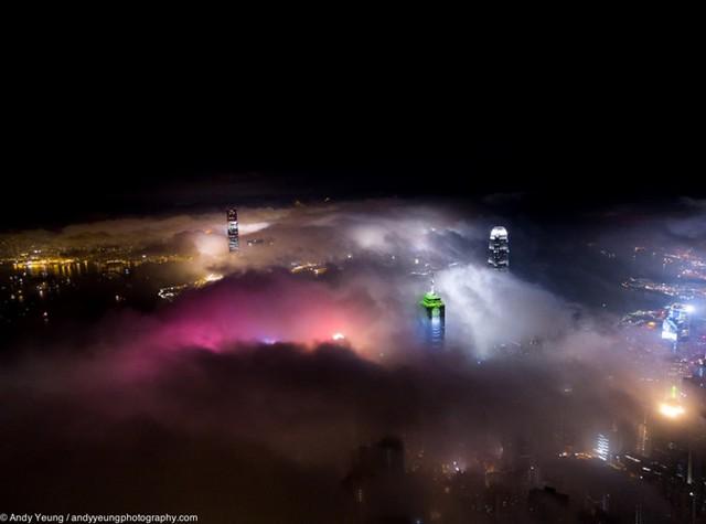 Tác giả đặt tên bộ ảnh của mình là Sương mù đô thị, gồm những bức ảnh lung linh khi những tòa nhà chọc trời chiếu sáng trong màn sương mù kỳ ảo.