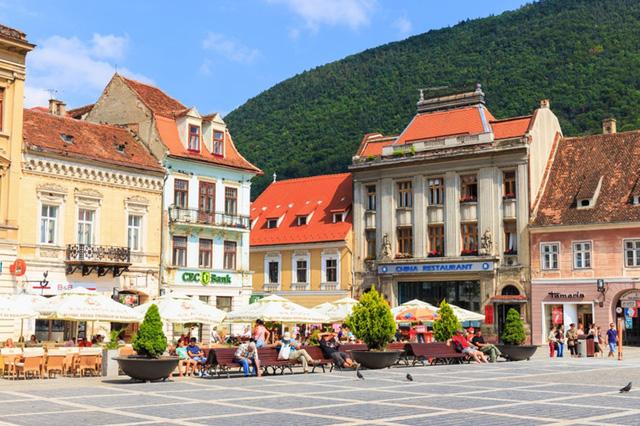Ẩn mình trong thung lũng giữa những ngọn núi phủ tuyết trắng, Brasov, Romania là một nơi hoàn hảo cho những ai muốn khám phá những bí mật của thành phố cổ. Brasov cổ kính với những pháo đài có tuổi hàng thế kỷ, những ngôi nhà cổ với mái ngói, và tháp đồng hồ đổ chuông mỗi giờ tạo ra bầu không khí hòa bình và yên tĩnh.