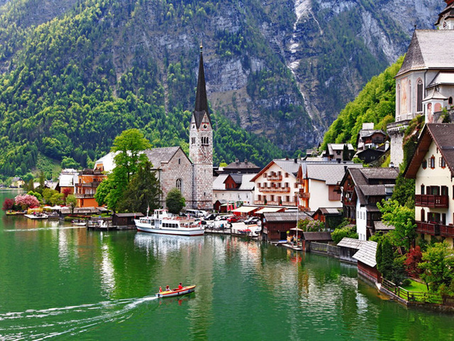 Ẩn mình bên hồ Hallstätter See và nằm dưới chân ngọn núi Dachstein là ngôi làng yên bình Hallstatt ở Áo. Du khách có thể đi phà qua hồ để thưởng thức vẻ đẹp nên thơ của làng, tìm hiểu về lịch sử khai thác mỏ ở đây hoặc đi bộ theo đường mòn Echerntal để ngắm cảnh.
