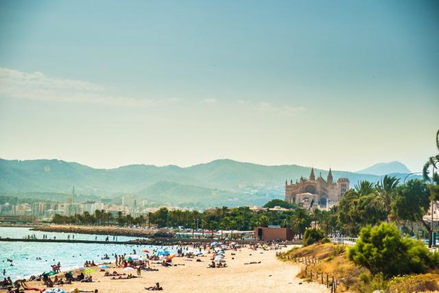 Palma de Mallorca, Tây Ban Nha: Thành phố nghỉ mát này nằm trên bờ biển phía nam của Mallorca với một số bãi biển tuyệt đẹp, trong đó có Platja Can Pere Antoni, nơi mà hầu hết những người đi biển có thể phóng tầm mắt đến nhà thờ Palma, và Ciutat Jardi - nơi nghỉ mát phổ biến của người dân địa phương.