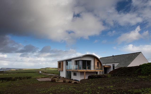 Nằm giữa một không gian tự nhiên tuyệt vời, căn nhà được thiết kế để tận dụng tối đa ưu điểm này