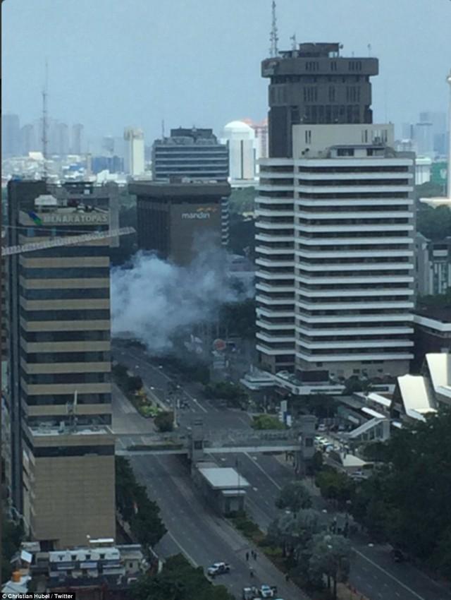 Khung cảnh tan tác, đau thương ở trung tâm thủ đô Jakarta, Indonesia