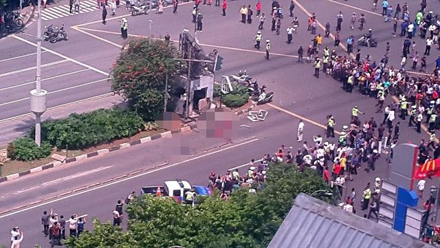 Người dân tập trung xung quanh hiện trường của vụ nổ bom