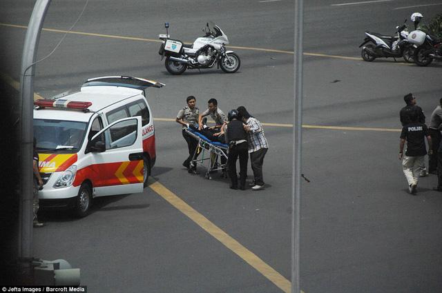 Một nạn nhân của vụ nổ bom được nhanh chóng đưa ra xe cấp cứu