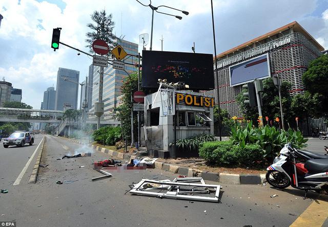 Theo thông tin từ cảnh sát Jakarta, tính tới thời điểm này, đã có ít nhất 6 người thiệt mạng, trong đó có 4 kẻ khủng bố