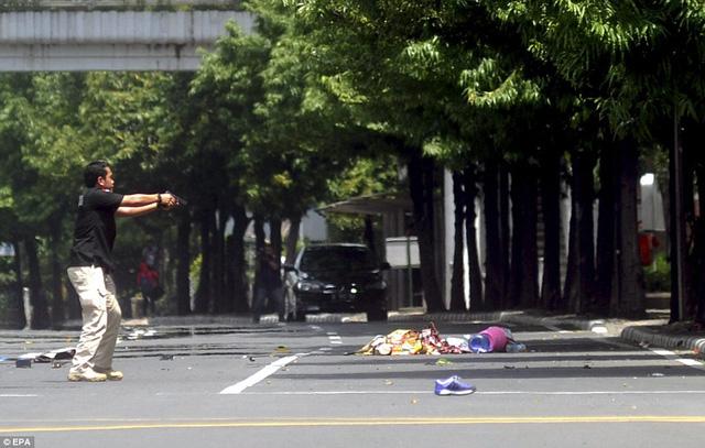 Một viên cảnh sát ở địa điểm gần nơi xảy ra vụ nổ bom