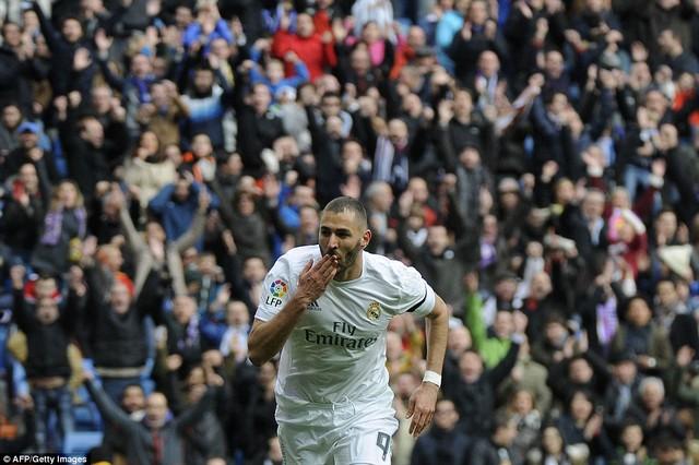 Bàn thắng đẹp nhất trận đến ở phút 12 khi Benzema ngã người bắt vô lê điệu nghệ