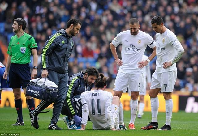 Cuối hiệp 1, mọi thứ có vẻ xấu đi với Real khi Gareth Bale có dấu hiệu tái phát chấn thương