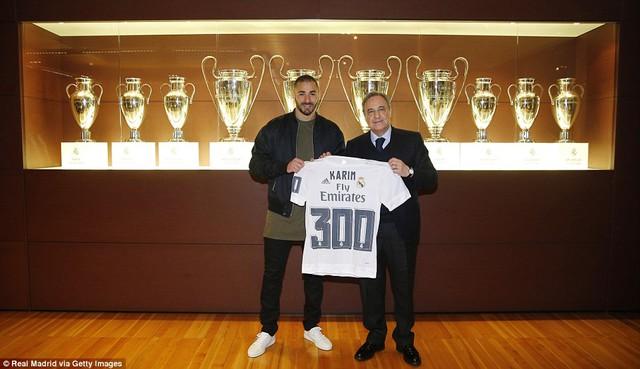 Dù vậy, chấn thương của tiền đạo người Pháp không quá nặng và anh đã được Chủ tịch Perez trao chiếc áo kỷ niệm lần thứ 300 khoác áo Real Madrid sau trận đấu với Gijon