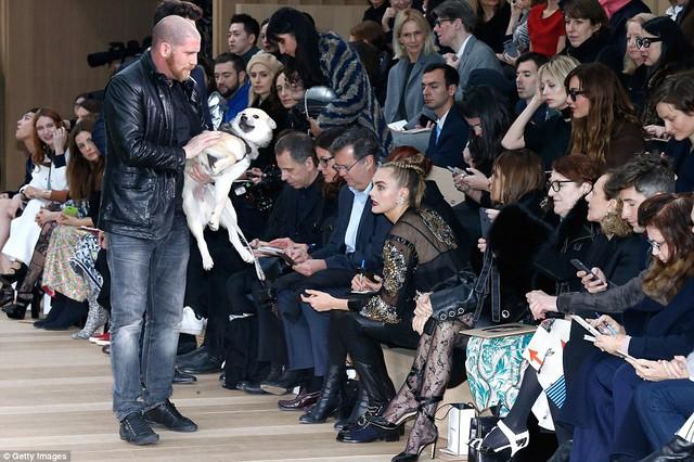 Nhiều người tò mò dồn ánh mắt vào Cara và chú cún của cô bởi đây là lần đầu tiên trong lịch sử có một chú cún được tham dự một show diễn của hãng thời trang đình đám thế giới