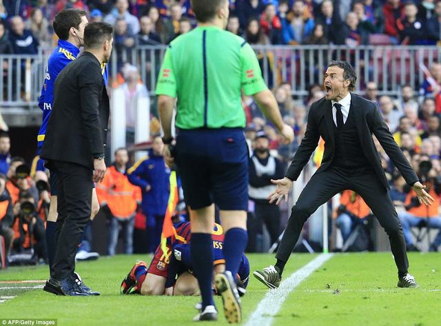 Phản ứng dữ dội của HLV Luis Enrique khi Messi bị phạm lỗi thô bạo.