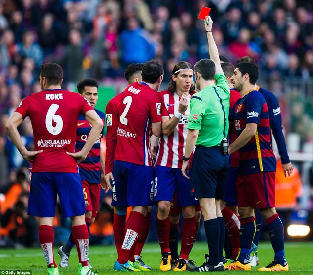 Đang bị dẫn trước, Atletico Madrid còn bất ngờ phải chơi thiếu người sau chiếc thẻ đỏ của Filipe Luis.