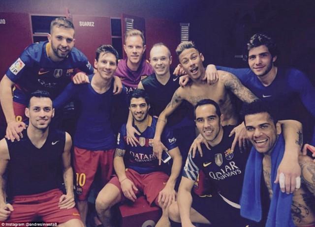 Các cầu thủ Barcelona ăn mừng chiến thắng trong phòng thay đồ.