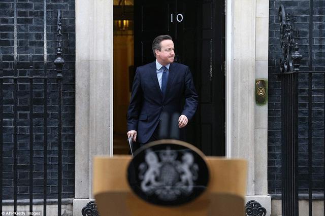Thủ tướng Anh Cameron trước cuộc họp nội các tại số 10 phố Downing