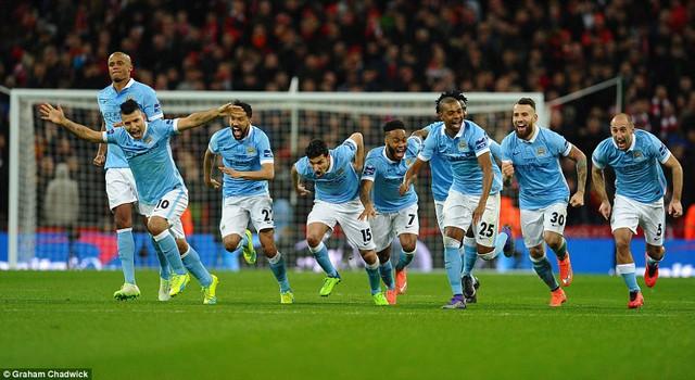 Sự sung sướng của các cầu thủ Man City khi Yaya Toure thực hiện thành công quả penalty quyết định