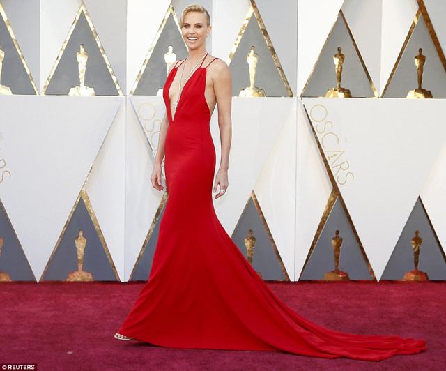 Charlize Theron với chiếc váy đỏ xẻ sâu phần ngực vô cùng gợi cảm.