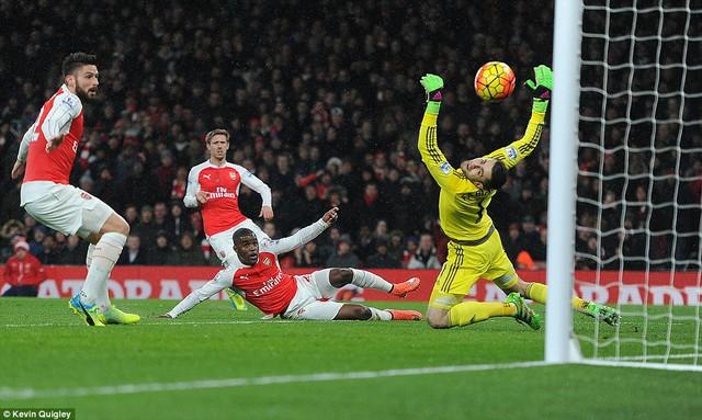 Campbell nổ súng nhưng Arsenal không tránh được thất bại