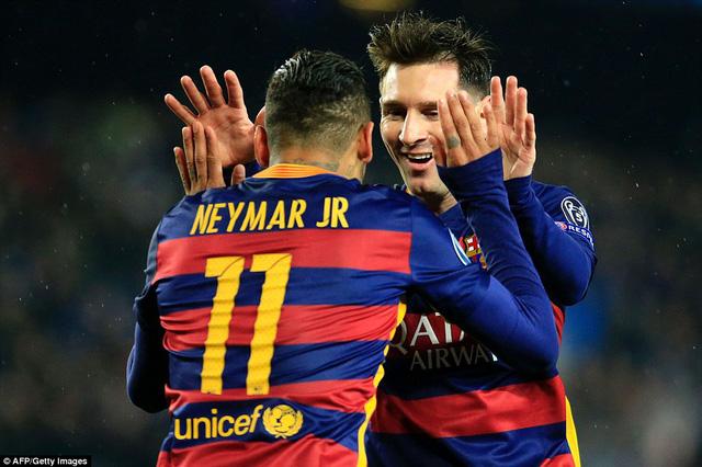 Neymar và Messi cùng lập công đưa Barcelona vào tứ kết (Ảnh: Getty)