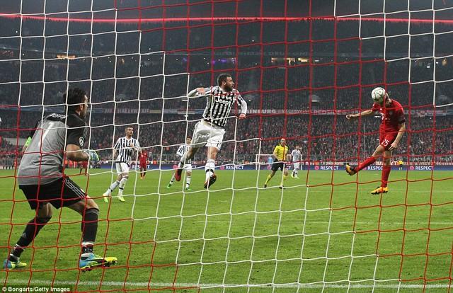 Cú đánh đầu của Muller vào phút 90+1 giánh mạnh vào tham vọng đi tiếp của Juventus (Ảnh: Getty)