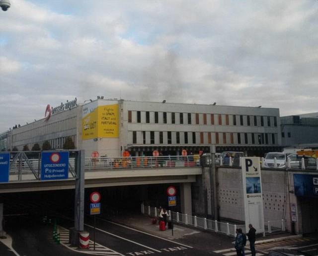 Cửa kính nhà ga vỡ nát vì sức ép của vụ nổ